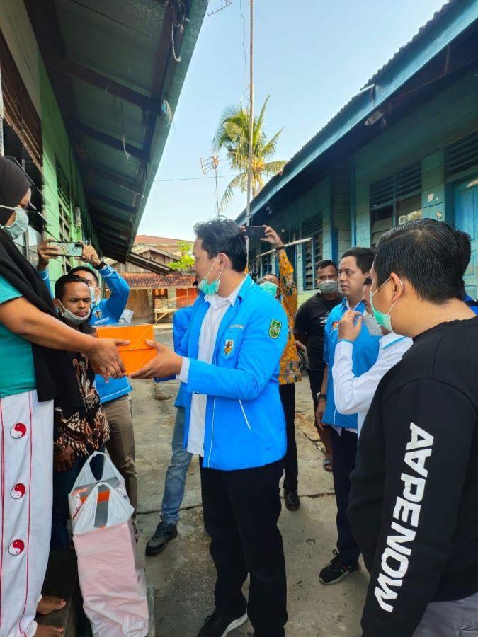 Jemput Kemenangan Ramadhan, DPD KNPI Riau Berbagi Nasi Kepada Warga Tidak Mampu