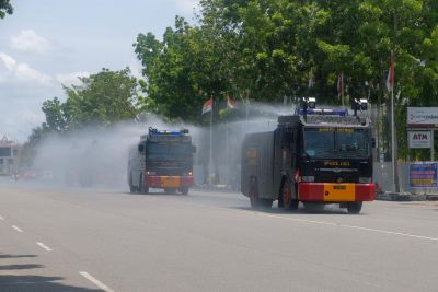 Cegah Masifnya Penyebaran Covid, Polda Riau Bersama Forkopimda Lakukan Disinfektan Skala Besar di Jalan