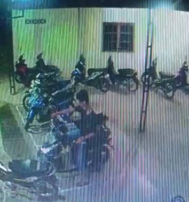 Pelaku Pencurian Sepeda Motor Milik Jemaah Masjid Nurul Iman Benai Kecil Terekam Kamera CCTV