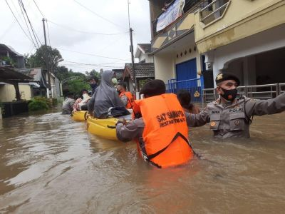 Wujud Negara Hadir, Personel TNI-Polri Dikerahkan Bantu Korban Banjir